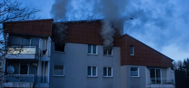 Ausgedehnter Wohnungsbrand mit vielen Verletzten