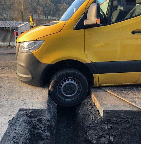 Lieferfahrer fährt sich in Baugrube fest