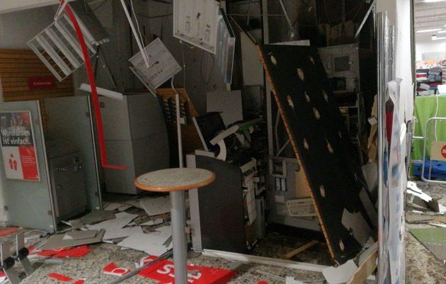 Einbrecher sprengen Geldautomaten