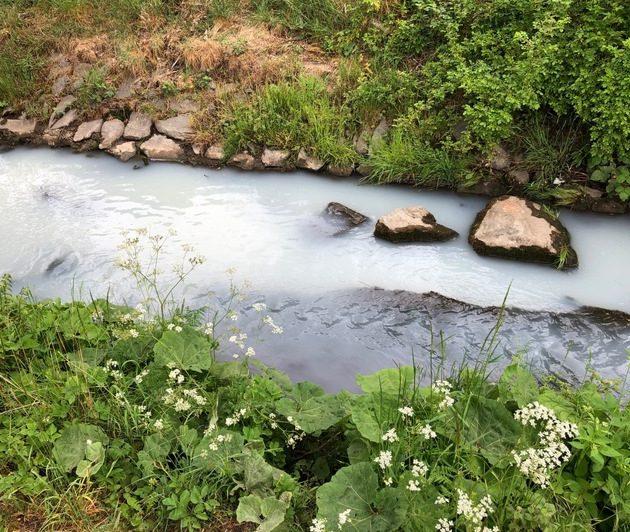 Verfärbtes Wasser im Westiger Bach