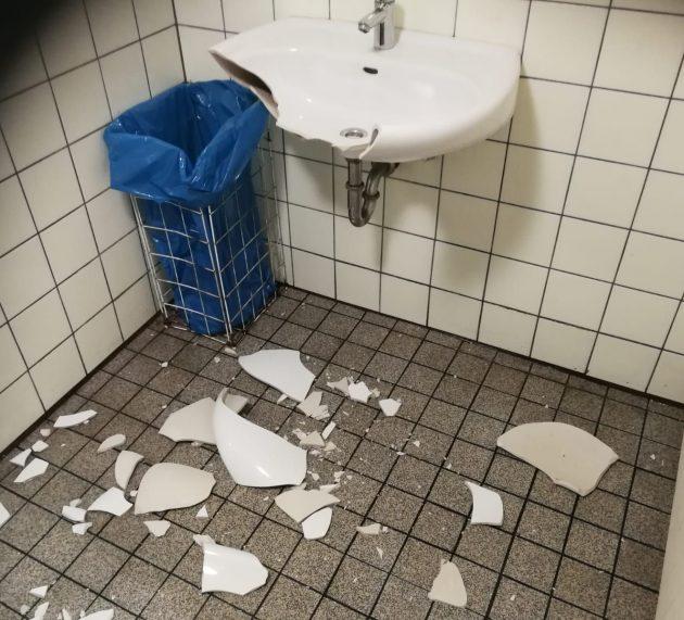 WC am Schillerplatz zerstört