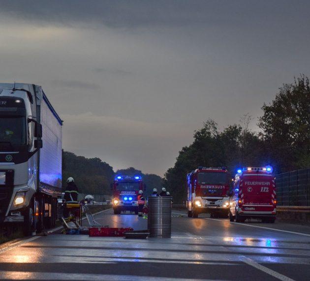 Sattelzug durchbricht auf der Bundesautobahn A46 die Mittelleitplanke