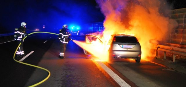 Brennender PKW auf der Autobahn