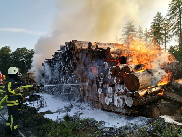 Iserlohner Spezialfahrzeug unterstützt bei Feuer in Ihmert