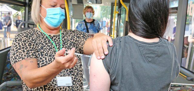 """4.023 Impfungen im """"Impfzentrum auf Rädern"""" – Impfbus hält diese Woche in Menden, Plettenberg, Schalksmühle und Halver"""